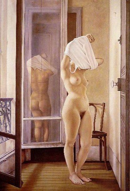 Desnudo en frente de ventanas francesas