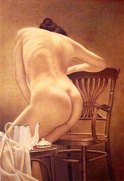 Mujer sentandose con cafetera blanca
